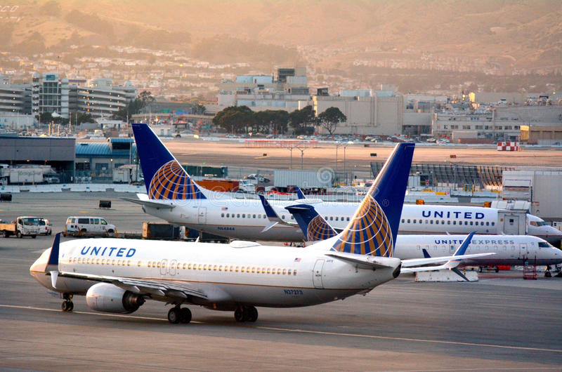 : Planos de United Airlines em San Francisco International Airport foto de stock