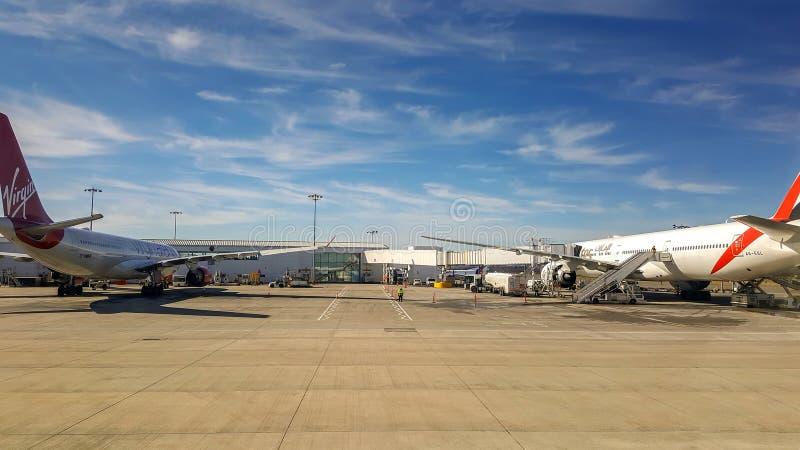 Planos estacionados no terminal de aeroporto fotos de stock royalty free