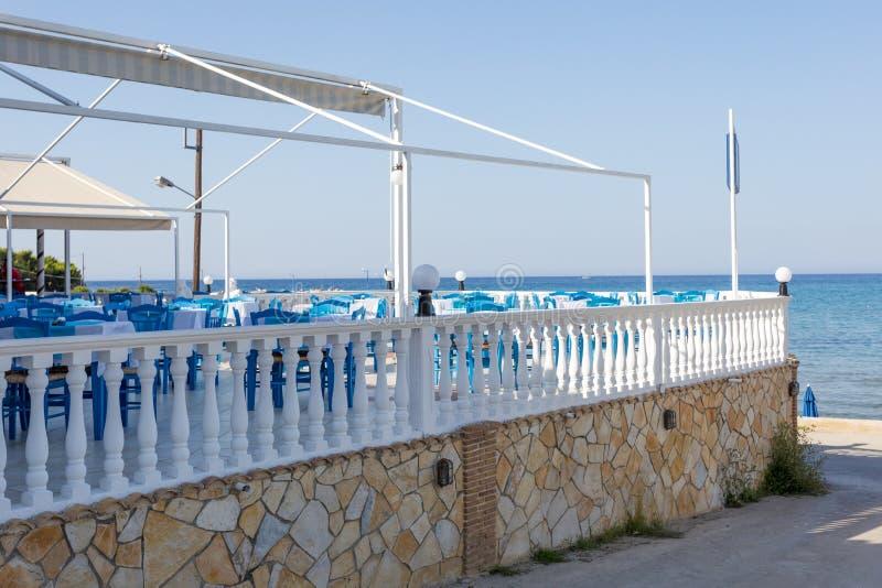 PLANOS, GRÉCIA 29 DE JUNHO DE 2017 Restaurante grego tradicional perto do mar azul no verão no dia ensolarado quente em Zakynthos imagem de stock royalty free