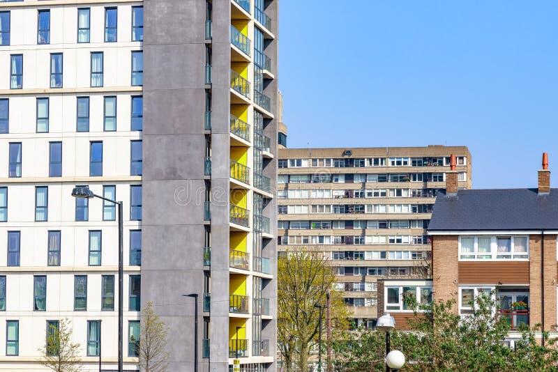 Planos modernos y viejos bloques de la vivienda social imagenes de archivo