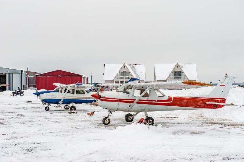 Planos pequenos do esporte estacionados em um aeroporto pequeno imagem de stock