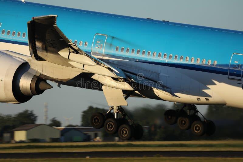 Planos que decolam da pista de decolagem, opinião de KLM do close-up imagem de stock royalty free