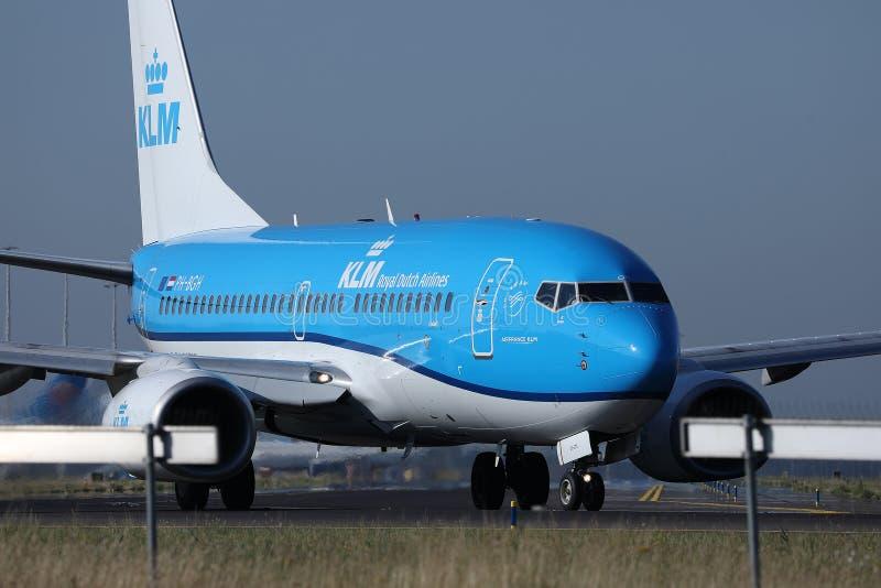 Planos que taxiing na pista de decolagem, opinião de KLM do close-up, AMS de Schiphol do aeroporto de Amsterdão fotografia de stock