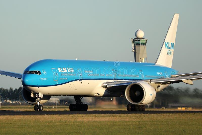 Planos que taxiing na pista de decolagem, opinião de KLM do close-up, AMS de Schiphol do aeroporto de Amsterdão foto de stock royalty free