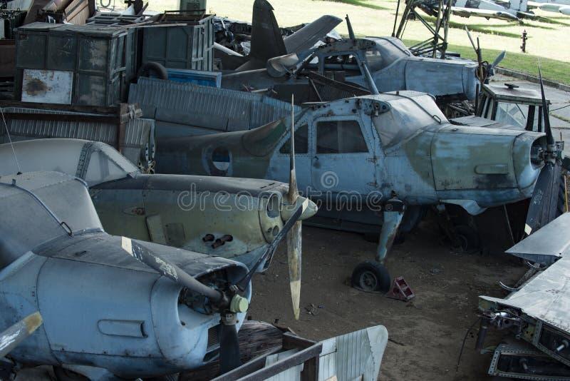 Planos velhos Textured do grunge, fundo da sucata Planos velhos não capazes de voar, suportes no museu da aviação ou lixo fotografia de stock royalty free