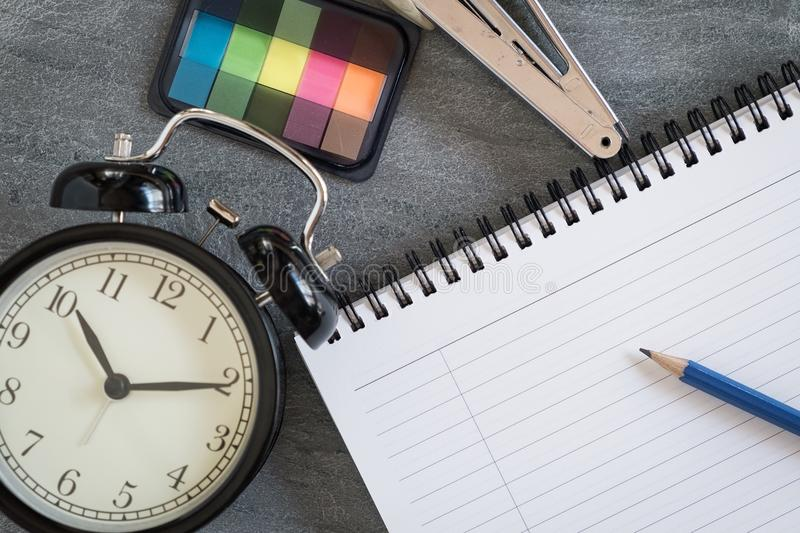 Planować w czasie z książką dla pracy fotografia stock