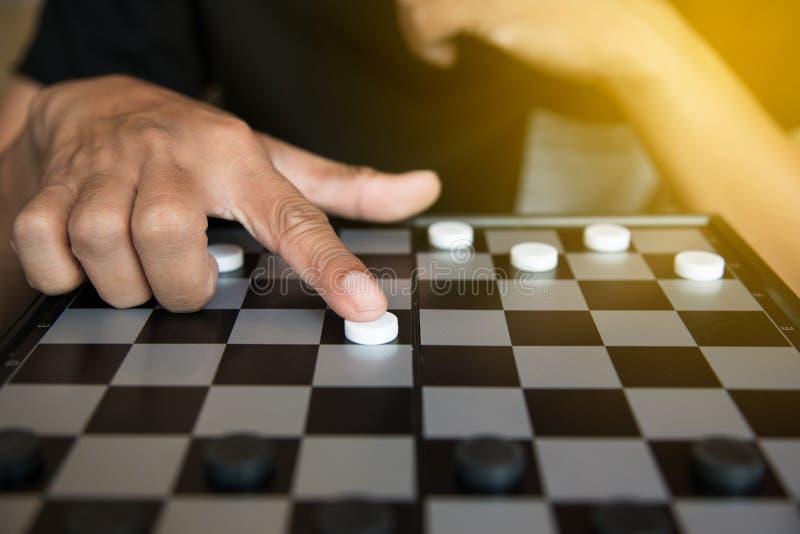 Planowanie Strategiczne, mężczyzna bawić się warcabów gemowych zdjęcia royalty free