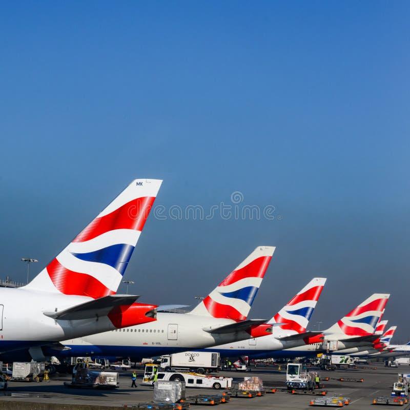 Plans de British Airways sur l'aéroport Avions avec le drapeau de la Grande-Bretagne comme logo sur la queue image stock