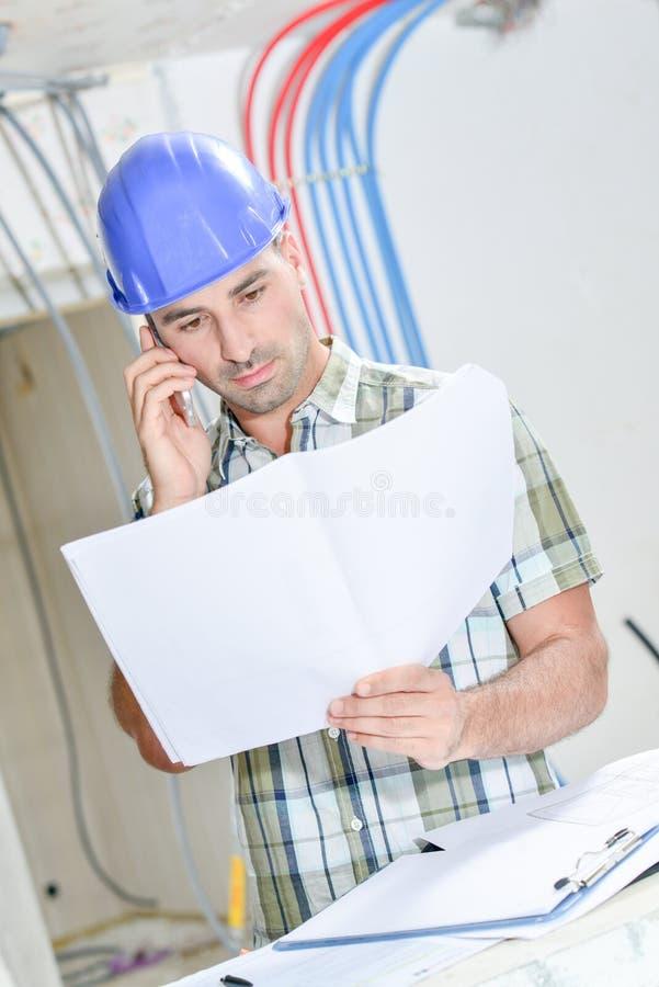 Plans de consultation de construction au téléphone photo libre de droits
