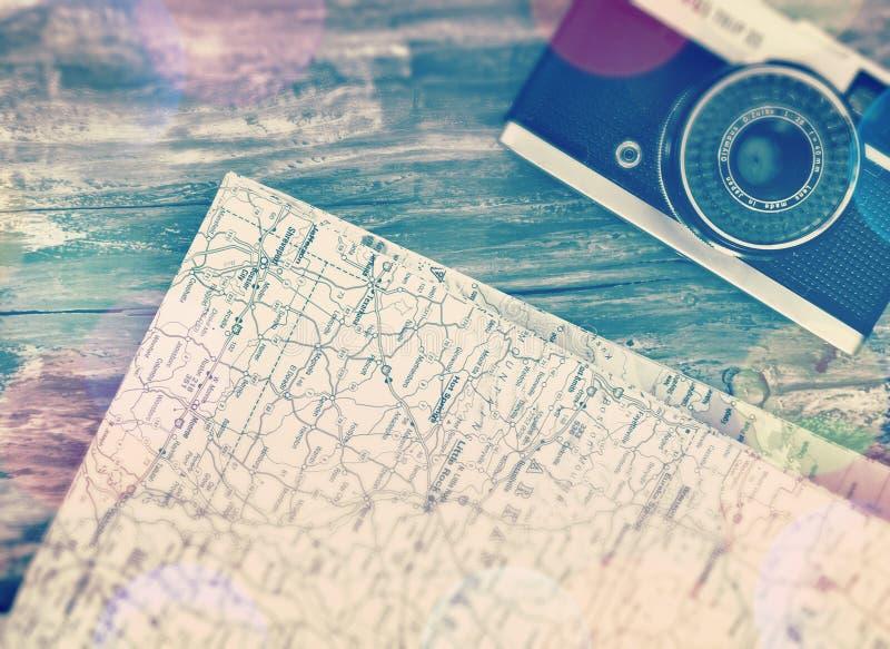 Plans de voyage avec caméra vidéo et carte de la fuite lumineuse aux États-Unis images stock