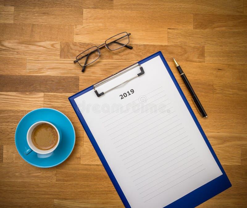 Plans pour 2019 à bord avec du café et des verres image libre de droits