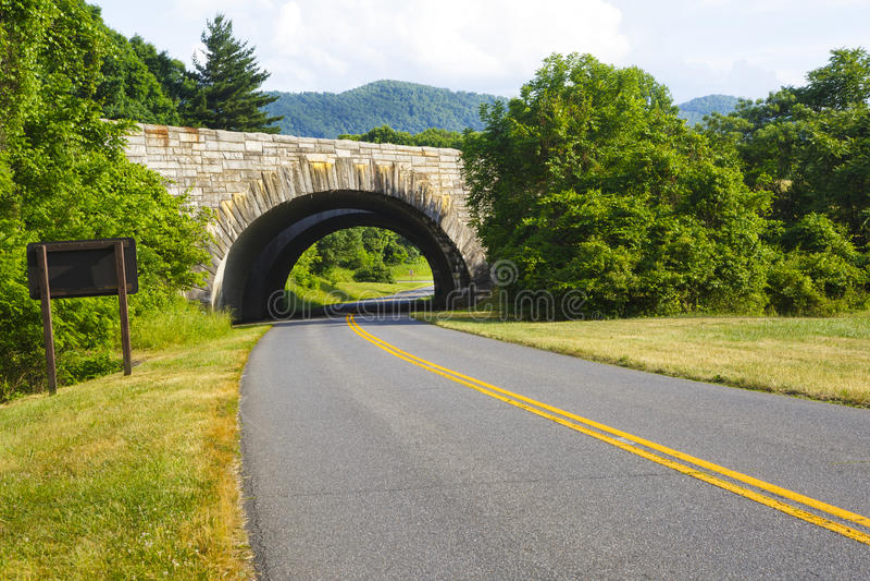 Planskild korsning på den blåa Ridge Parkway royaltyfria bilder