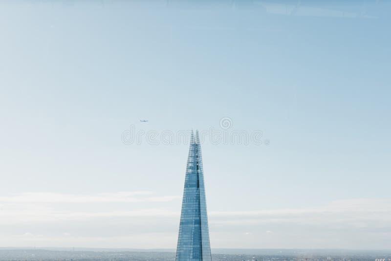 Plant flyg över skärvan, den högsta byggnaden i London, UK royaltyfria foton