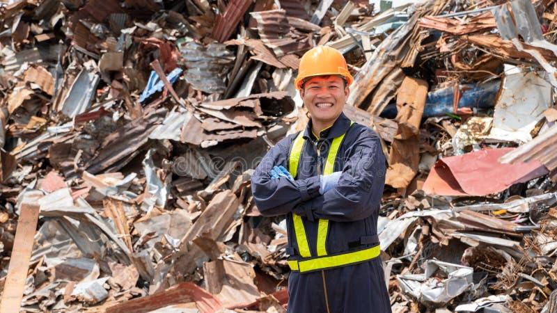 Plant het gerecycleerde plastic product van de vervaardigingsarbeider controle het afval recycling stock foto