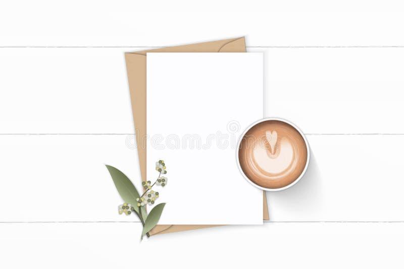 Plant lekmanna- för sammansättningsbokstav för bästa sikt elegant vitt för kraft blad och kaffe för blomma för kuvert papper på t royaltyfri illustrationer