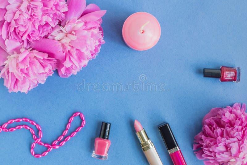 Plant lekmanna- skrivbord med rosa pioner och skönhetsmedlet arkivfoton