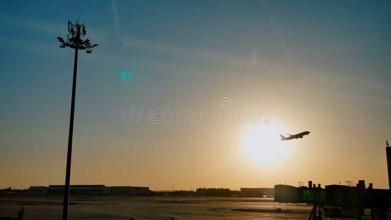 Plant ta av skymning för himmelsolnedgångsol i flygplatsen Kina Beijing arkivbild