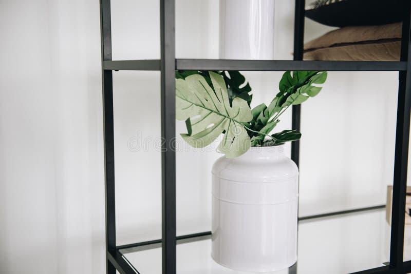 Planta artificial sempre-verde em pasta moderna em um vaso usado na decoração interior foto de stock