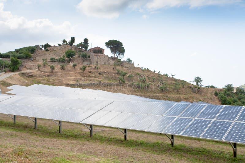 Planta da bateria solar no país, Sicília foto de stock