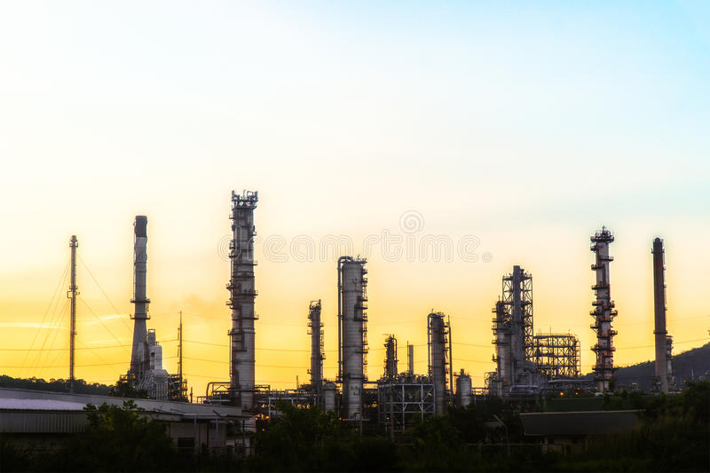 Planta da indústria da refinaria de petróleo no crepúsculo foto de stock