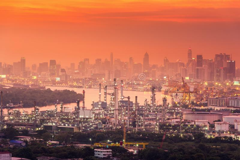 Planta da indústria de transformação da refinaria do gás de óleo na cena crepuscular na cidade de Banguecoque de Tailândia , Petr foto de stock