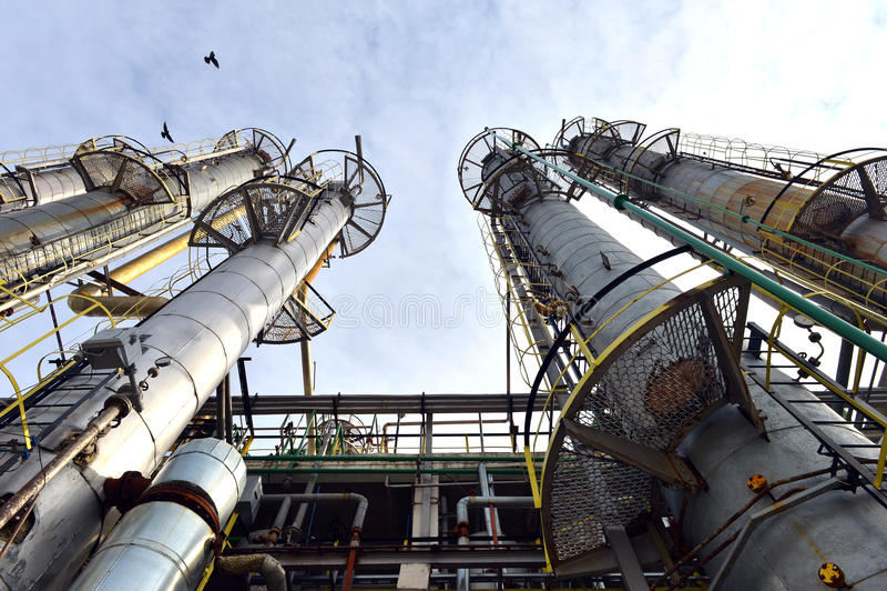 Planta da indústria petroquímica da refinaria de petróleo em Roménia foto de stock