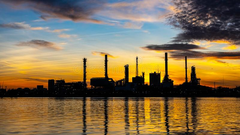 Planta da indústria da refinaria de petróleo e gás com iluminação do brilho e nascer do sol na manhã, fábrica de petróleo industr foto de stock royalty free