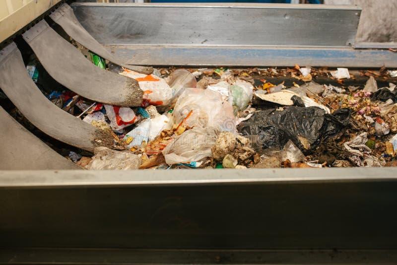 Planta de clasificación inútil Transportador en el cual la basura se está moviendo imagen de archivo libre de regalías