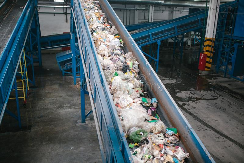 Planta de clasificación inútil Transportador en el cual la basura se está moviendo fotografía de archivo libre de regalías