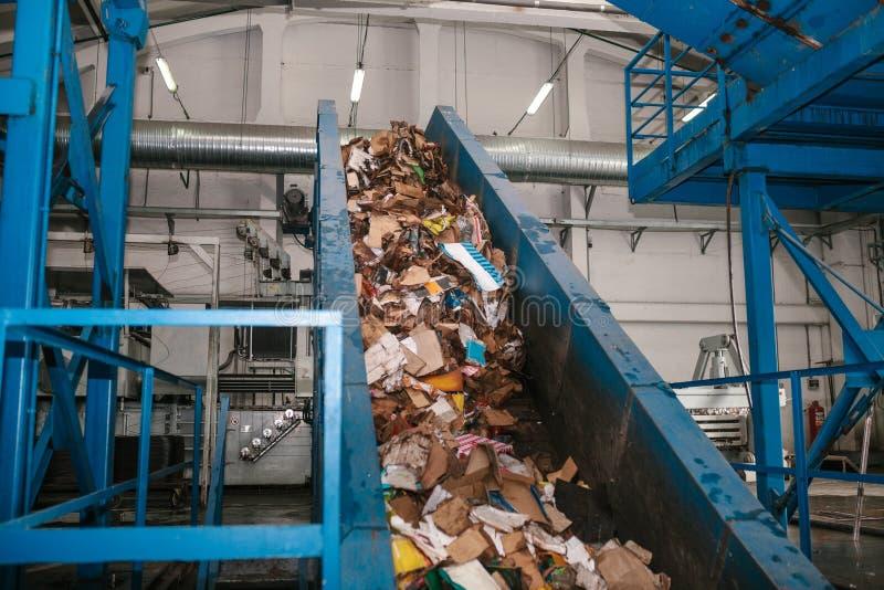 Planta de clasificación inútil Transportador en el cual la basura se está moviendo imagen de archivo