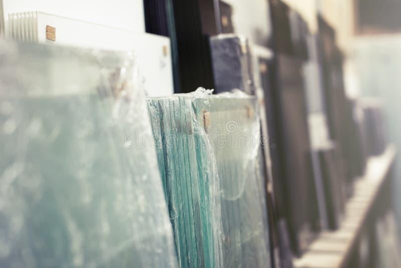 Planta de cristal de Warehouse para la producción de puertas imagenes de archivo
