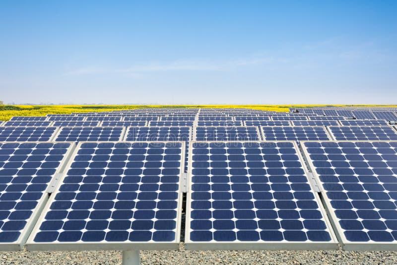 Planta de energias solares na mola imagens de stock royalty free