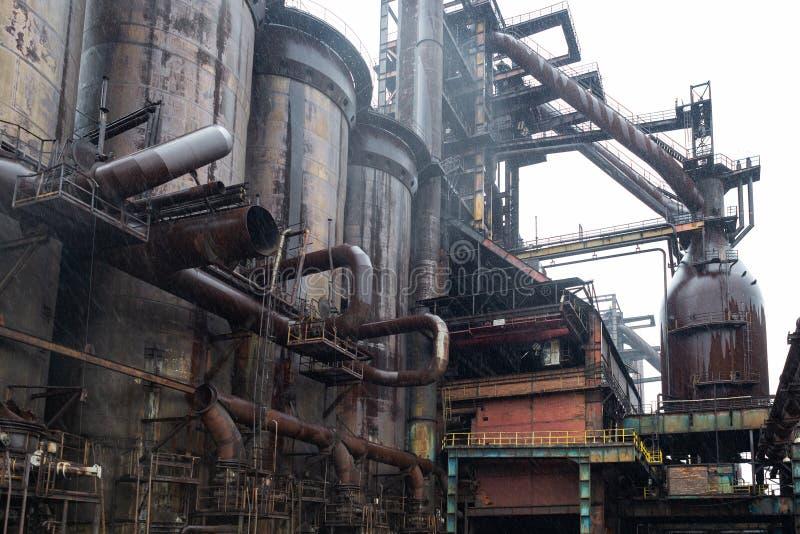 Planta de fábrica industrial, válvulas do alto-forno, velho oxidado de aço pesado da tecnologia de fabricação foto de stock