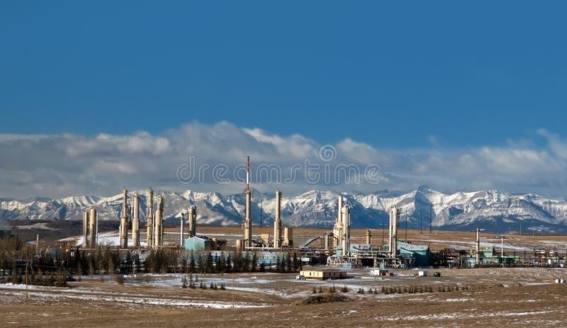 Planta de gás perto de Montanhas Rochosas canadenses fotos de stock royalty free