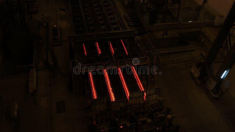 Planta de la acería Cadena de producción del tubo del metal en la fábrica del metal Cadena de producción caliente de la tubería d fotos de archivo