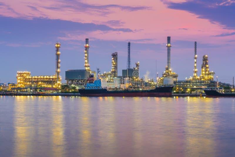 Planta de la industria de la refinería de petróleo durante la mañana crepuscular junto con la reflexión del agua fotografía de archivo