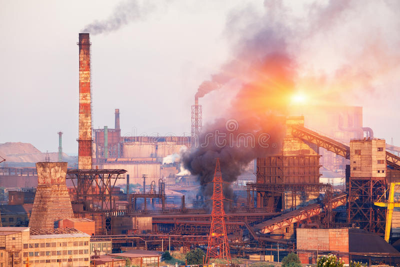 Planta de la metalurgia en Ucrania en la puesta del sol Fábrica de acero con niebla con humo imagenes de archivo