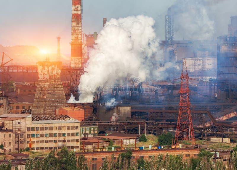 Planta de la metalurgia en Ucrania en la puesta del sol Fábrica de acero con niebla con humo imagen de archivo libre de regalías