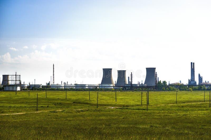 Planta de la refinería de petróleo contra imagen de archivo