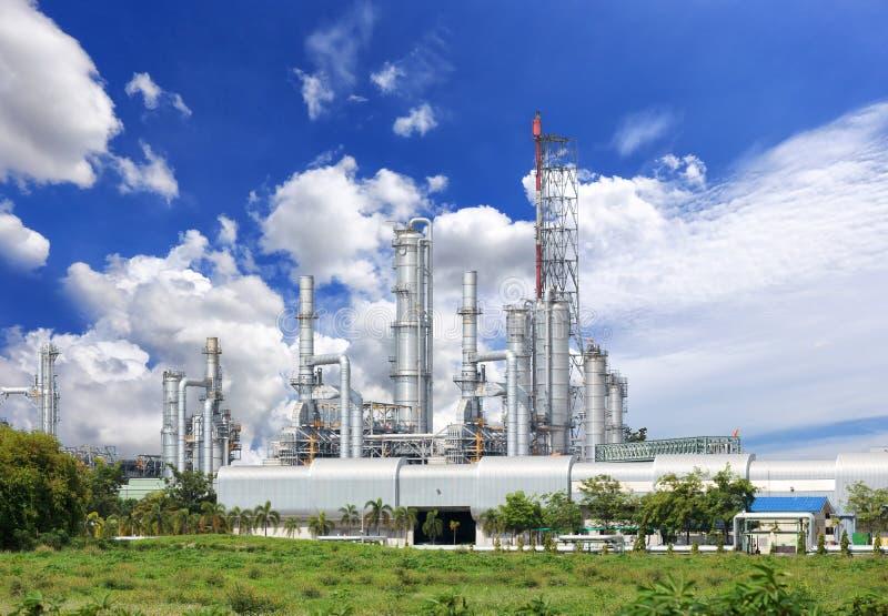 Planta de la refinería de petróleo contra fotos de archivo