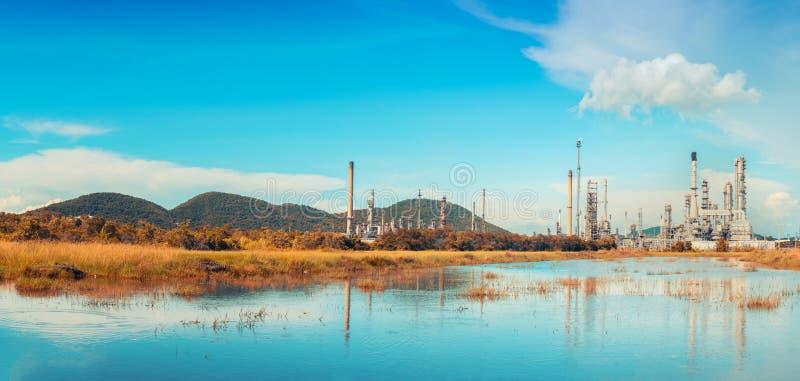 Planta de la refinería de petróleo contra el cielo fotos de archivo