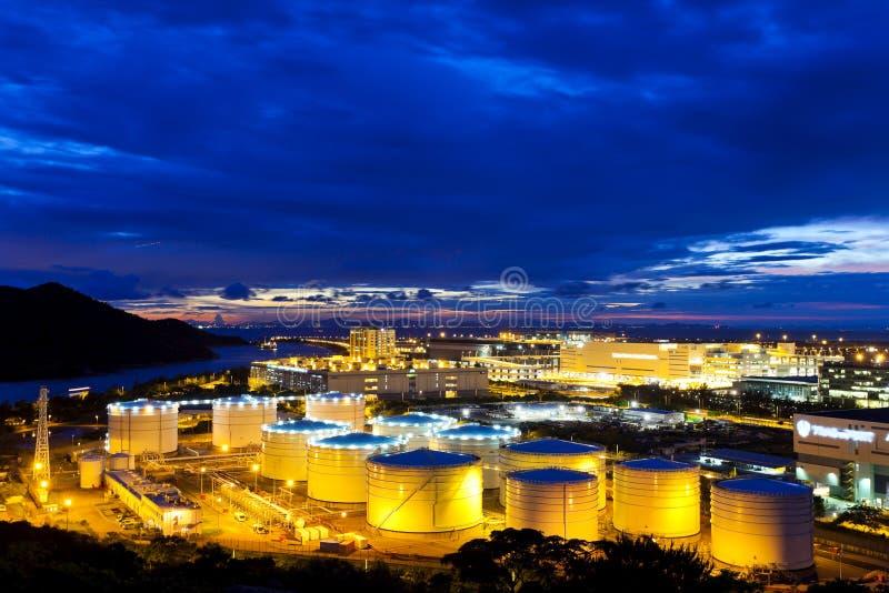 Planta de los tanques de aceite en la noche fotografía de archivo libre de regalías
