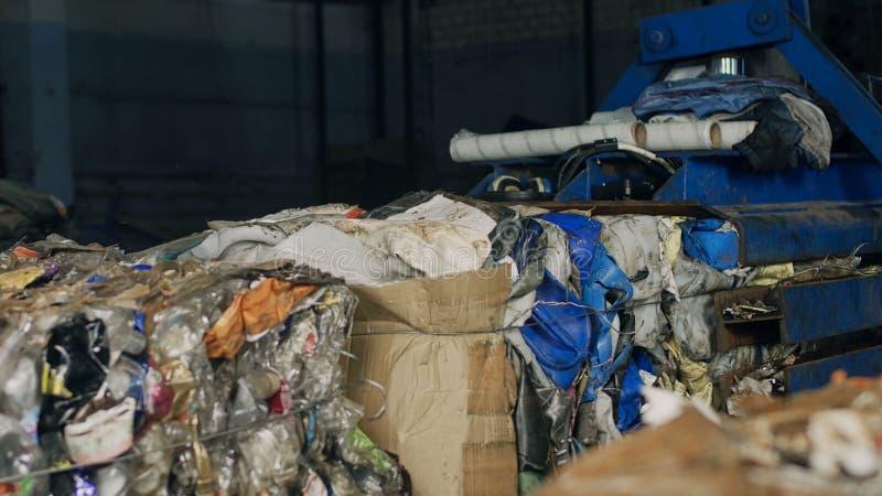 Planta de reciclaje, presionando la basura en el equipo especial en balas, proceso, reciclado fotos de archivo libres de regalías