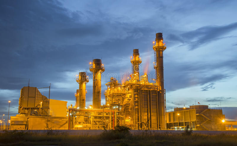 Planta de refinaria de petróleo no crepúsculo com fundo do céu imagem de stock