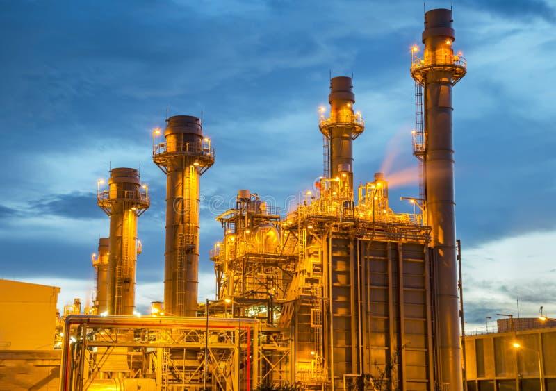 Planta de refinaria de petróleo no crepúsculo com fundo do céu foto de stock royalty free
