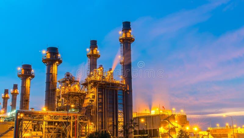 Planta de refinaria de petróleo no crepúsculo com fundo do céu fotografia de stock