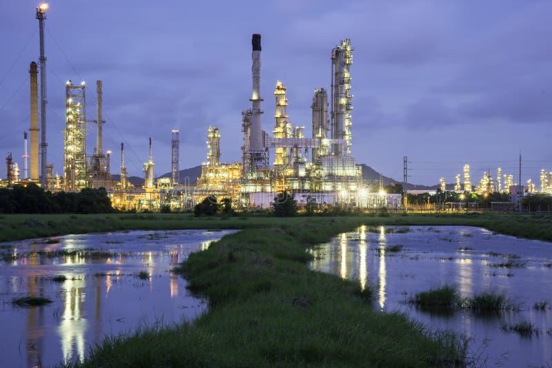 Planta de refinaria de petróleo no nascer do sol com céu fotos de stock