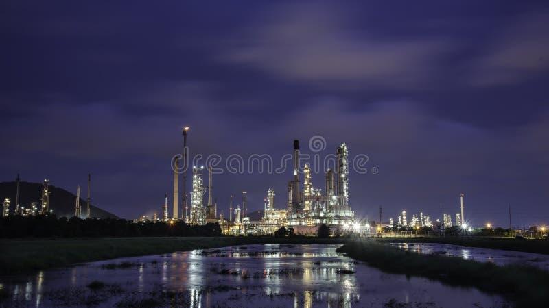 Planta de refinaria de petróleo no nascer do sol com fundo do céu imagens de stock