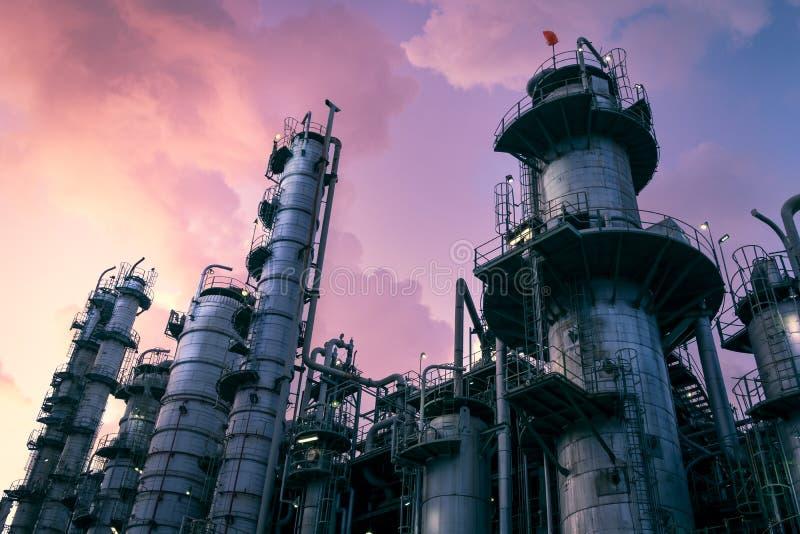 Planta de refinaria do petróleo e gás ou indústria petroquímica no fundo dramático do céu foto de stock royalty free