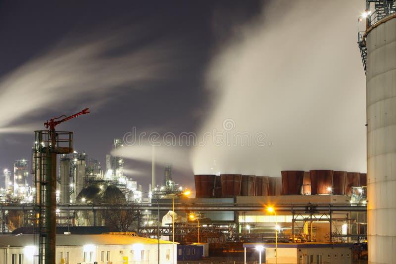 Planta de refinaria na noite fotografia de stock